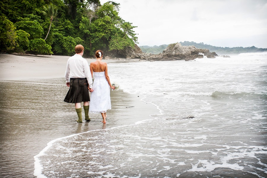 Unconventional wedding ideas: Check out that groom in a kilt!